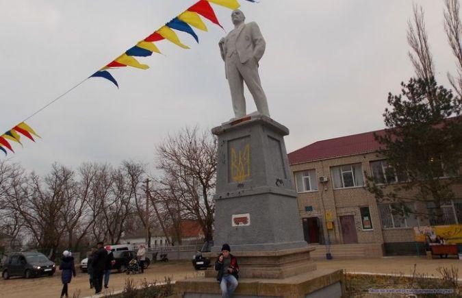 В с.Стрелковое а Арабатской стрелке памятник Ленина украшает украинский герб