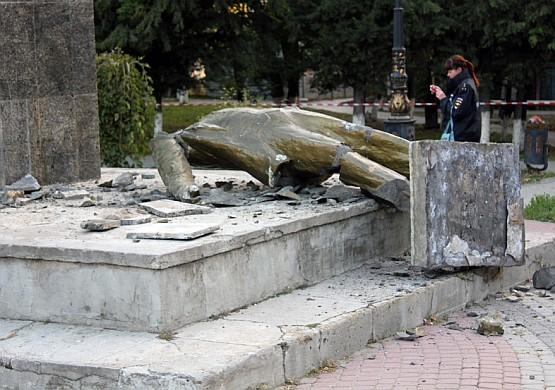В ночь на 21 октября 2016 года неизвестные лица разрушили памятник Ленину, установленный в городском саду Судака.