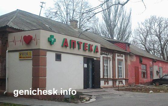 Чуть ли не полдюжины разнокалиберных аптек вокруг и на территории больницы ненавязчиво намекают - без денег лечиться никак не получится