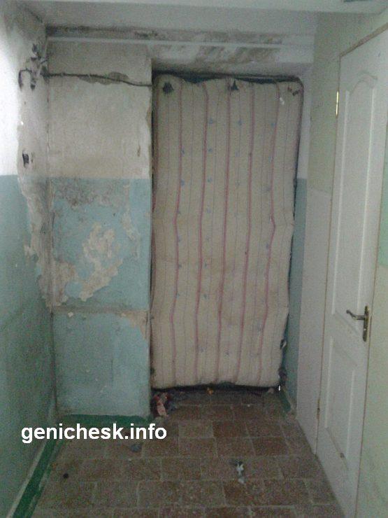 Ужасающая антисанитария в цокольном этаже Генической больницы и ноу-хау генических врачей - матрац утепляющий дверь