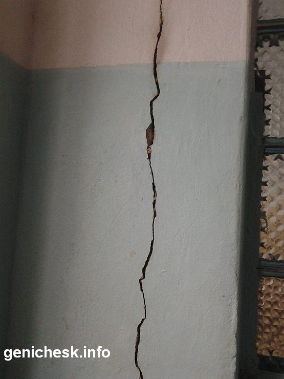 Треснувшие стены на которые похоже уже давно махнули рукой