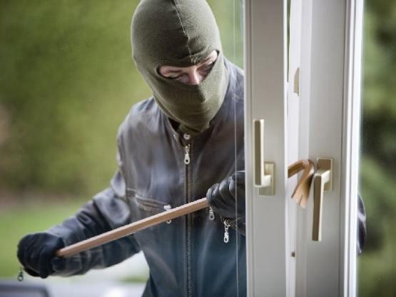 Оперативники Генического отдела полиции задержали двух парней, которые совершали кражи из домов местных жителей. На их счету 9 фактов краж и одно ограбление.