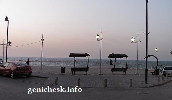 К чему стремиться - к вот такой набережной на городском пляже в Геническе