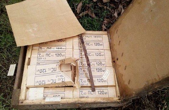 В Геническе у дороги нашли несколько брошенных ящиков с патронами