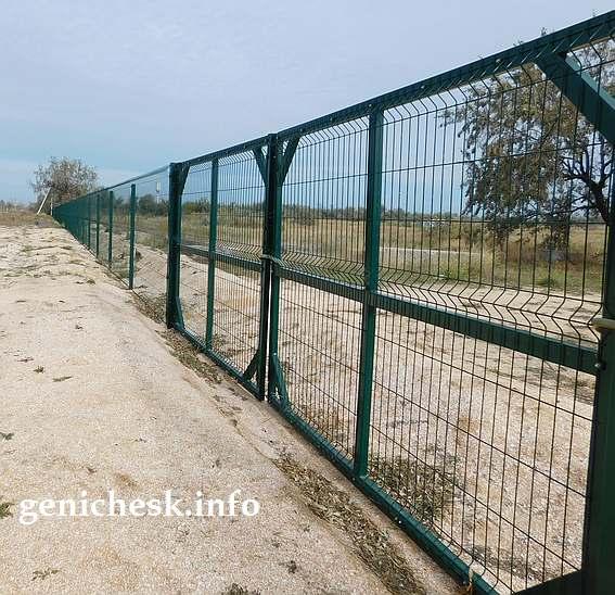 Забор вокруг своего участка - самая первая инвестиция Потичко на Арабатской стрелке