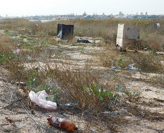 Туалетные кабинки на берегу Азовского моря оставшиеся после летнего сезона