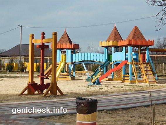 Детские игровые площадки в парке в счастливцево
