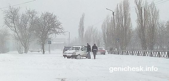 На дорогах Геническа после снегопада