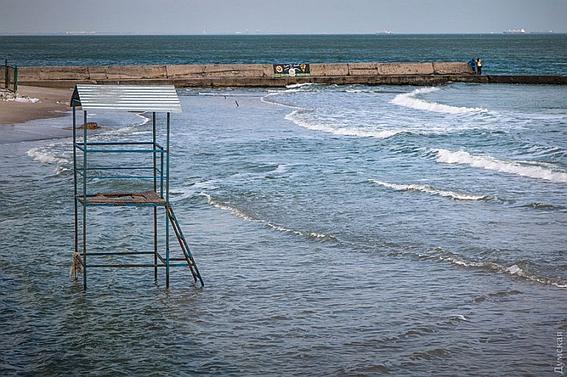 В Одессе шторм смыл сразу несколько пляжей