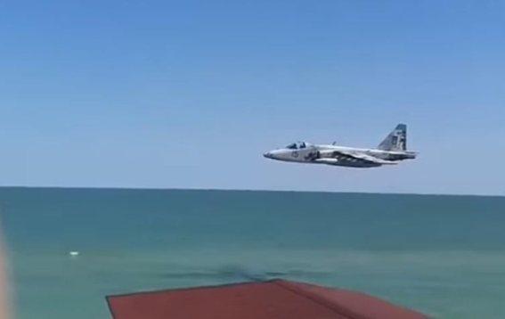 В Кирилловке над пляжами на предельно низкой высоте летает  штурмовая авиация