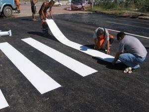В Мариуполе переходят на пластиковую светоотражающую разметку дорог