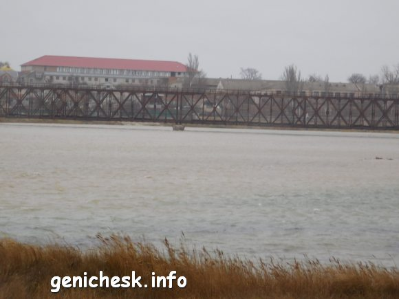 Пролив Тонкий в Геническе - и очень даже не тонкий а полноводный и штормовой