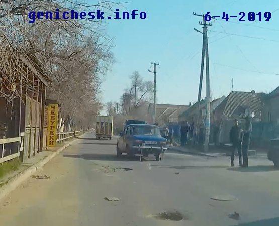В Геническе на дороге по пр.Мира у АТБ у авто оторвало колесо
